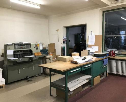 Weiterverarbeitung, Druckerei Erdei mit Schneidemaschine