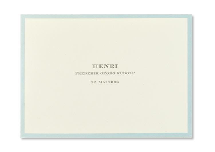 Geburtsanzeige mit klassischer Schrift und blauem Rand