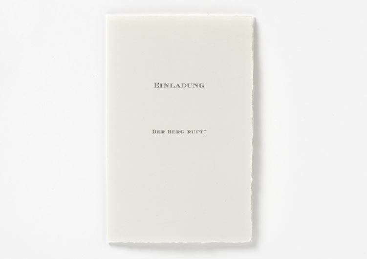 Hochzeitseinladung auf Büttenpapier, grauer Offsetdruck, Seite 1