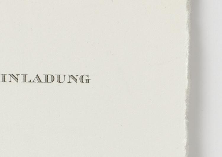 Hochzeitseinladung auf Büttenpapier, grauer Offsetdruck, Detail