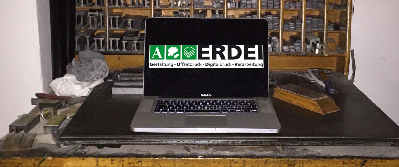 Computer trifft alten Bleisatzarbeitsplatz